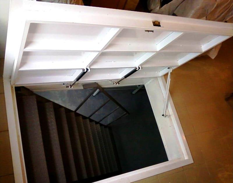 Фото современного исполнения дверцы люка, открывающейся вверх