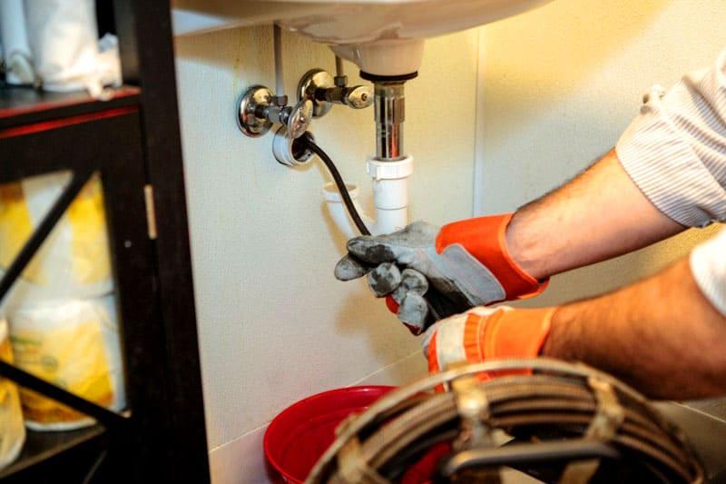 Чистка канализационной системы сантехническим тросом