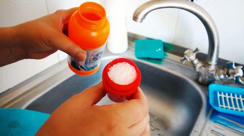 С бытовой химией лучше работать в перчатках