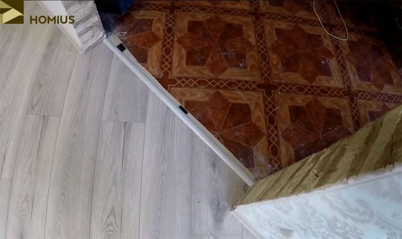 Декоративный алюминиевый порог белого цвета, который скрывает шов