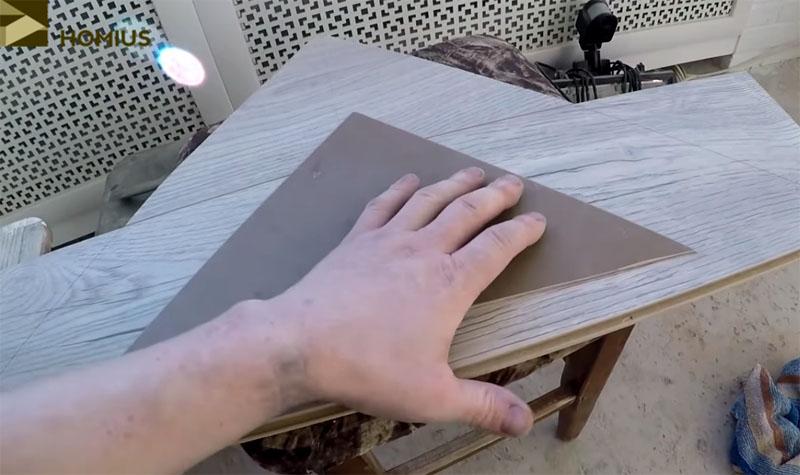 Разметка второй полосы ламинированного напольного покрытия