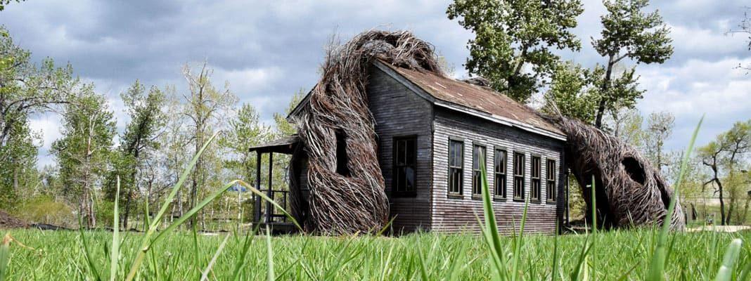 Дом из мусора и веток