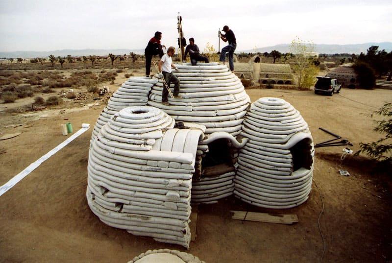 Пример тому – вот этот дом в Палестине из совершенно бесплатного материала – обычного грунта