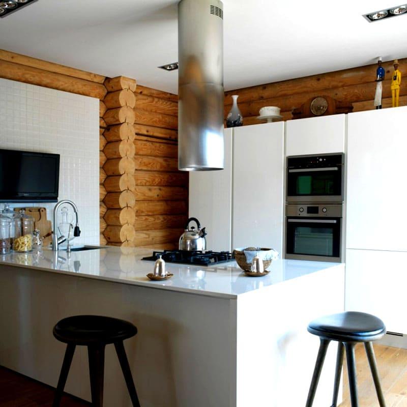 На кухне современная техника прекрасно вписалась в бревенчатые стены