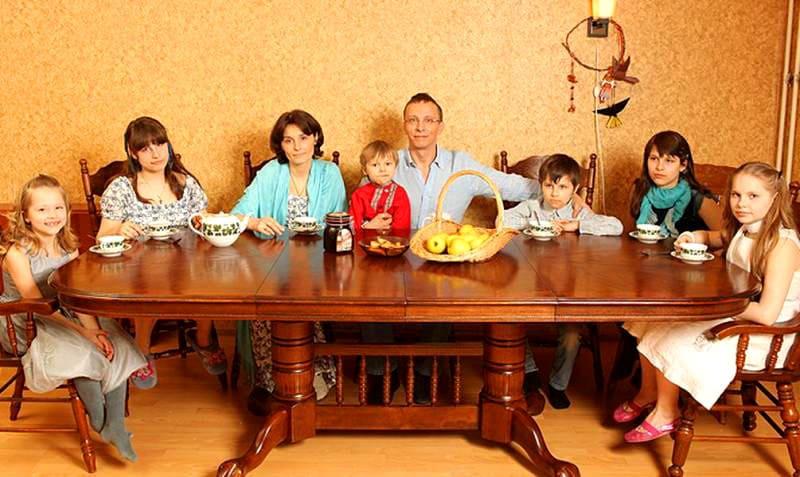 Наконец вся семья помещается за обеденным столом