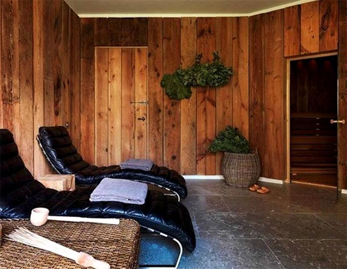 В предбаннике можно отдохнуть на роскошных кожаных креслах