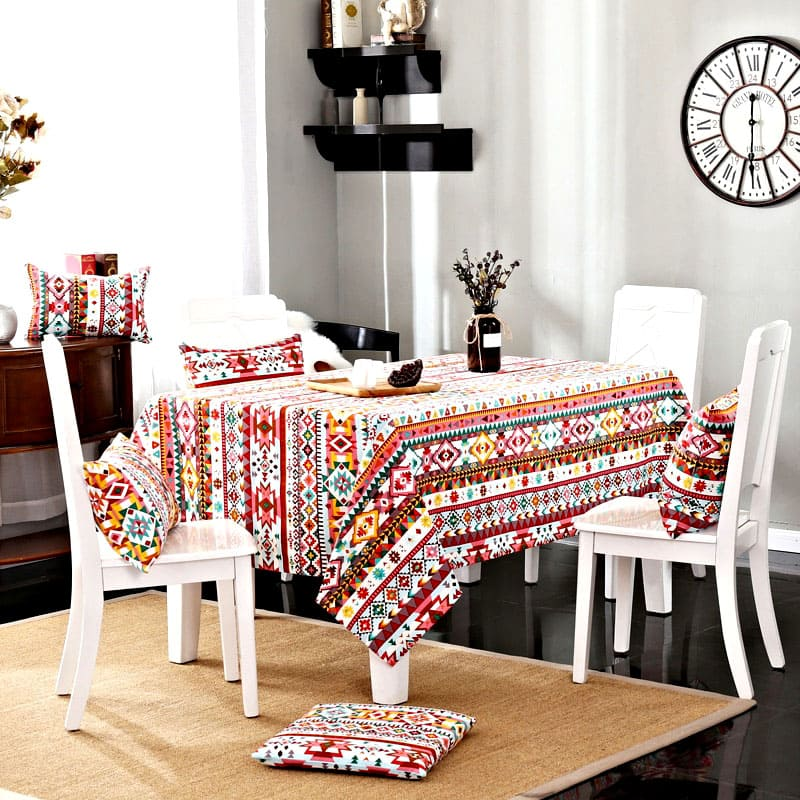 Яркие цвета и привлекательный орнамент этой скатерти отлично впишутся в ваш этнический интерьер