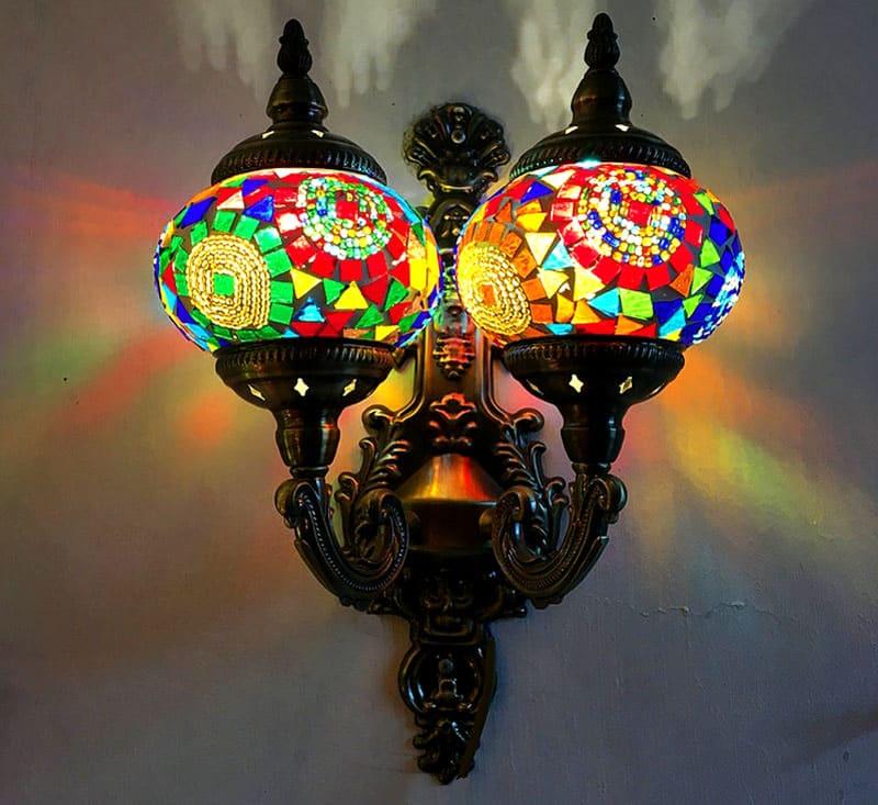 Цветная мозаика на плафонах выполнена вручную