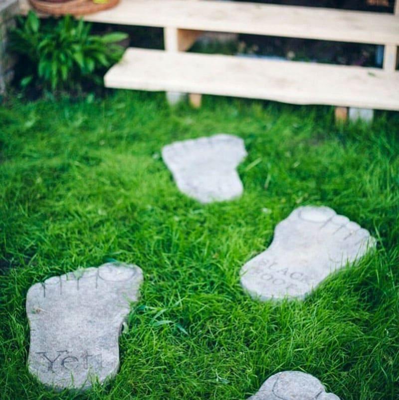 Такие оригинальные следы через газон привлекают внимание