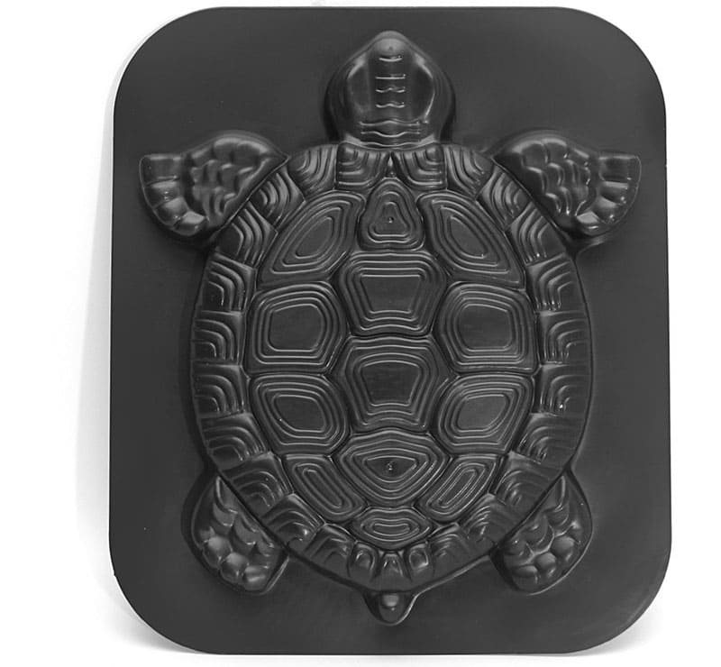 Эта плоская черепаха тоже может украсить дорожки вашего сада