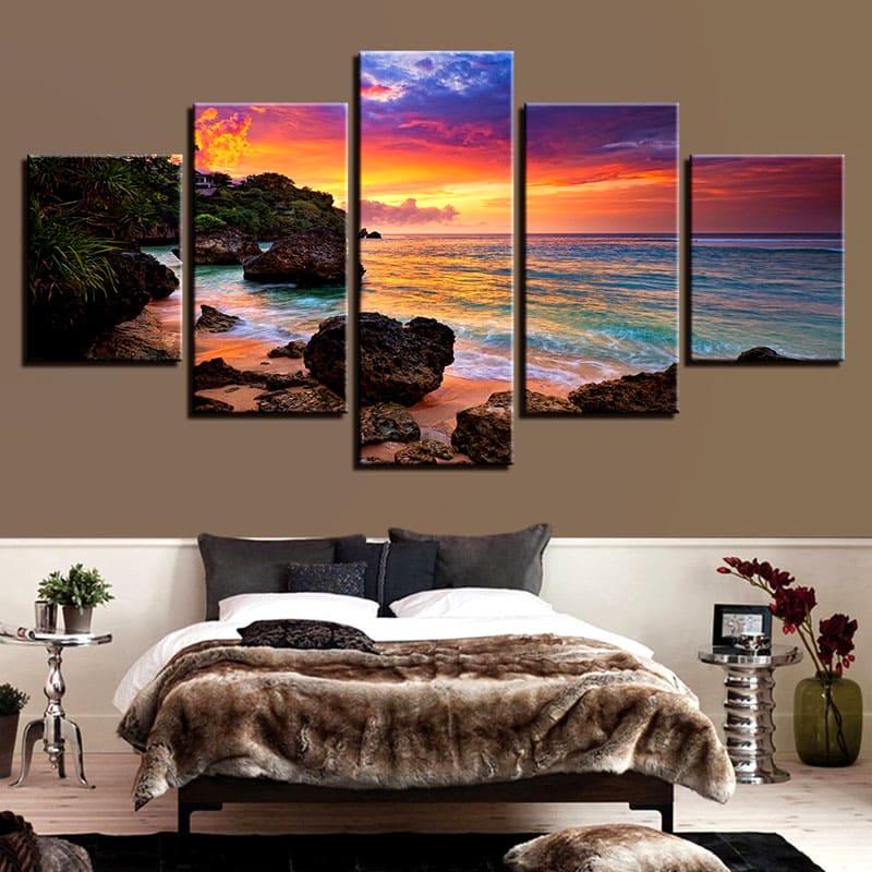 Пейзаж с закатом над морем – великолепное украшение спальни