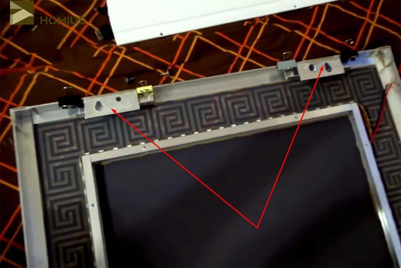 Подвесные уголки были зафиксированы на «жидкие гвозди» и прижаты зажимами для бумаги