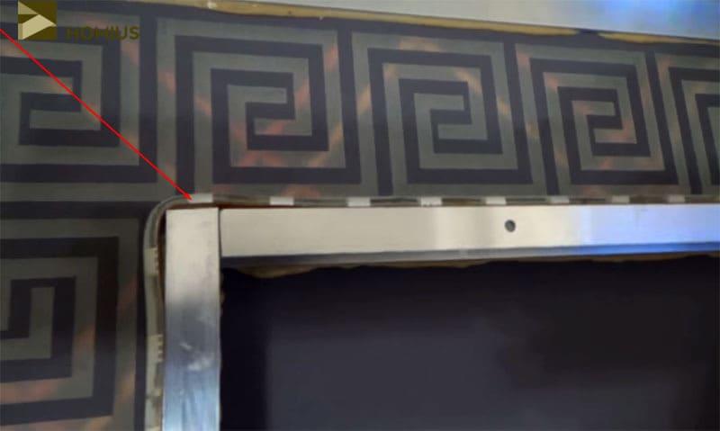 На углах рамки светодиодная лента легла не слишком плотно