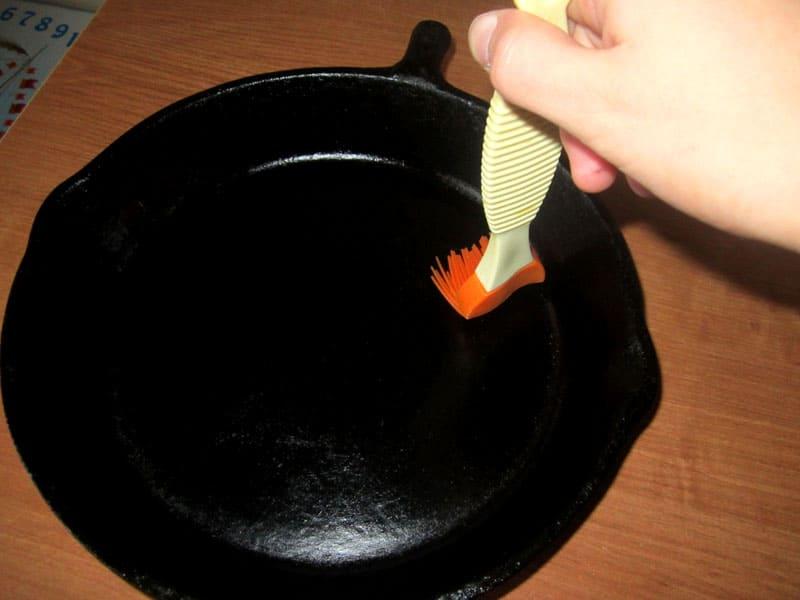 Обработка стенок и дна чугунной сковородки растительным маслом