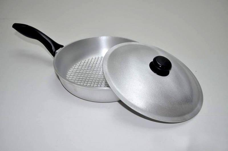 Поверхность алюминиевой сковороды очень быстро покрывается налётом, необходимо её очищать после каждой готовки