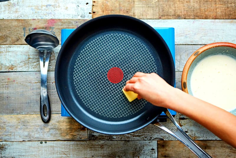 Для тефлонового покрытия нельзя применять силу, лучше повторить процедуру очистки несколько раз
