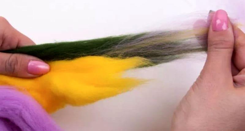 Чтобы смешать шерсть, нужно взять несколько оттенков и выщипывать одновременно все цвета