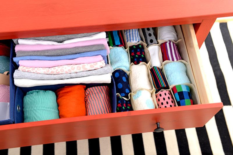Такой способ хранения позволяет разместить больше вещей и легко найти нужную