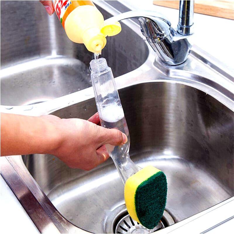 В ручку этой мочалки заливается средство для мытья посуды