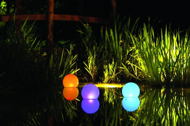 Плавучие шары украсят пруд своим свечением