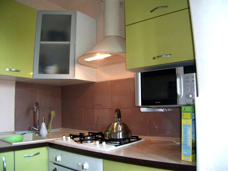 Для маленькой кухни достаточно двухконфорочной плиты и СВЧ-печи
