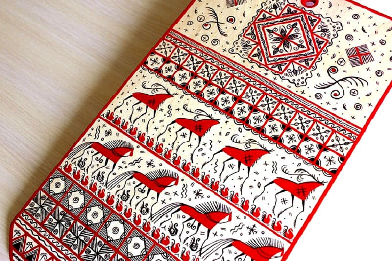 Дощечка, украшенная мезенской росписью