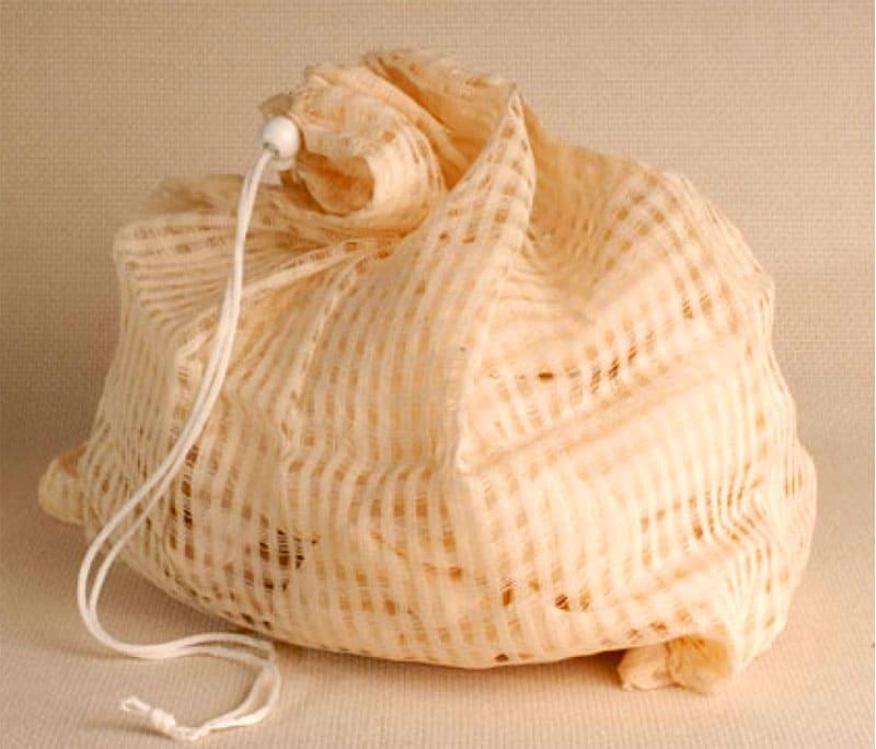 Тонкие ткани стирают в специальных сетчатых мешочках