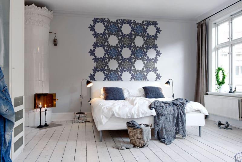 Выбеленная доска пола в сочетании со светлыми стенами наполняет комнату объёмом
