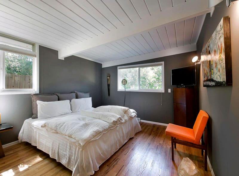 Потолок обит доской и покрашен в белый цвет