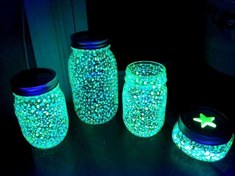 Мелкие лёгкие светящиеся частички хорошо плавают в воде и глицерине