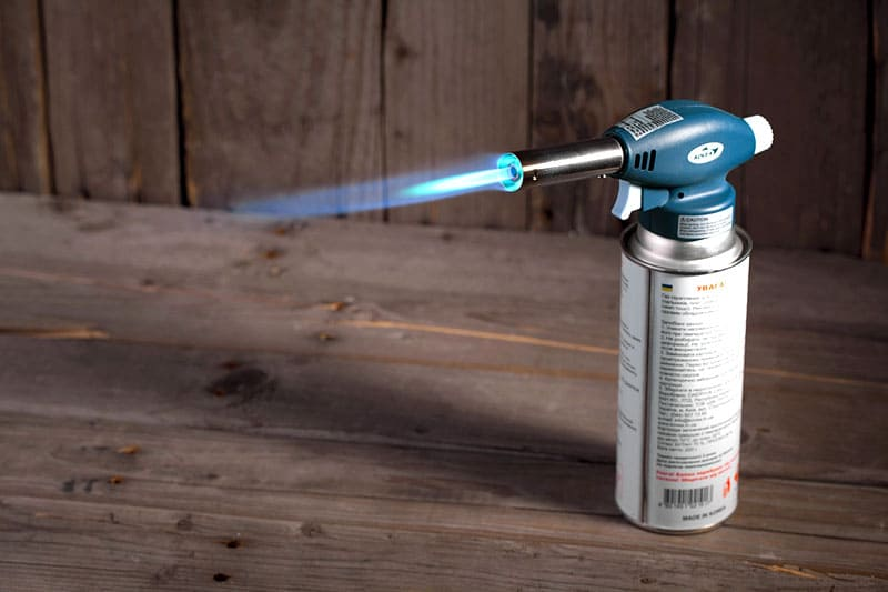 Пьезоэлемент в горелке зажигает газ с одного нажатия курка