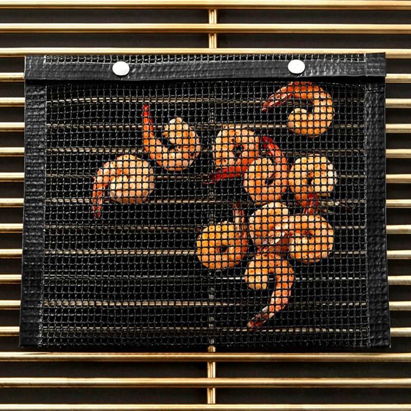 Небольшие продукты, например, креветки, легко поджарить на гриле с таким пакетом