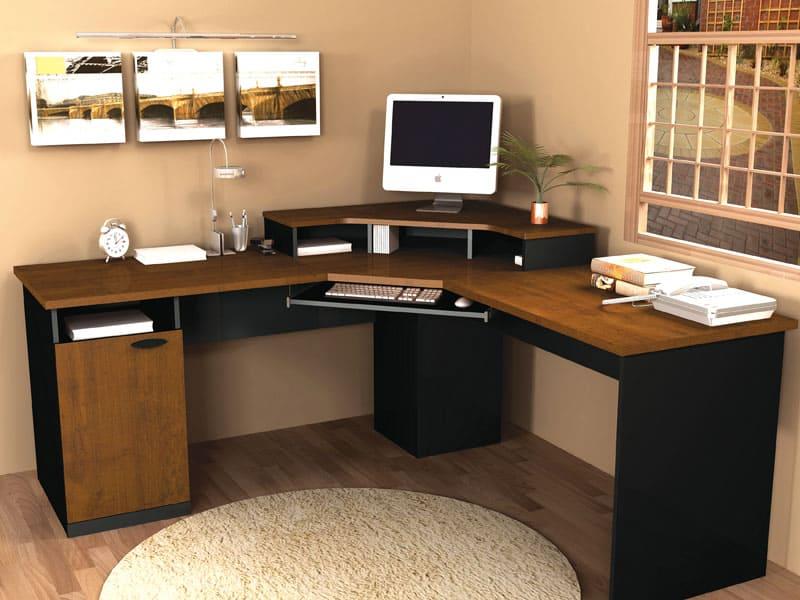 Угловая конфигурация компьютерного стола позволяет рациональнее использовать свободное пространство