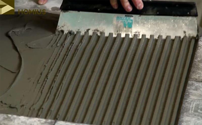 Правильное нанесение клея гарантирует предельную прочность покрытия
