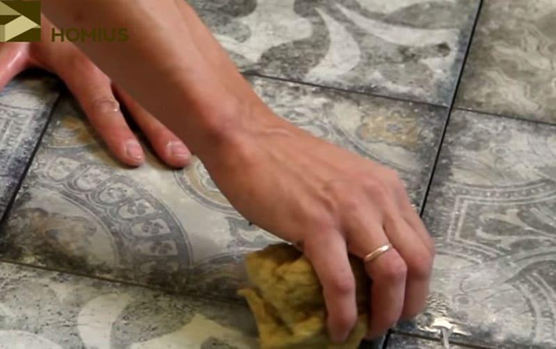 Влажная губка наиболее удобна для удаления излишков клея из швов между плитками