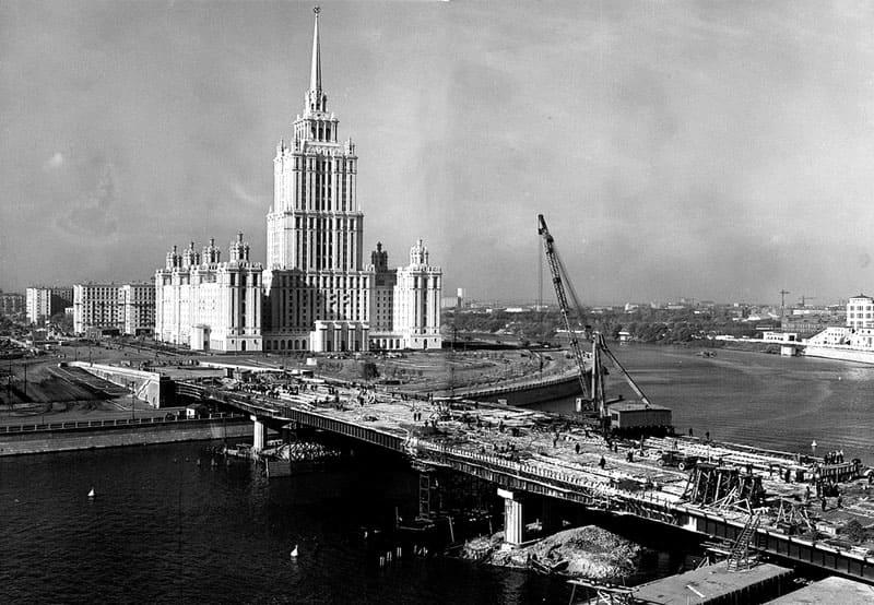 Только что сданная в эксплуатацию гостиница «Украина» и строительство Новоарбатского моста
