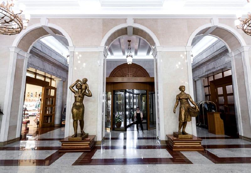 Помпезный вход в гостиницу «Украина»