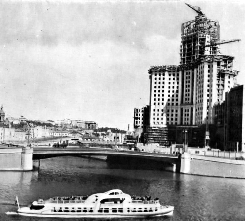 Строительство одного из знаменитых зданий Москвы – дома на Котельнической набережной