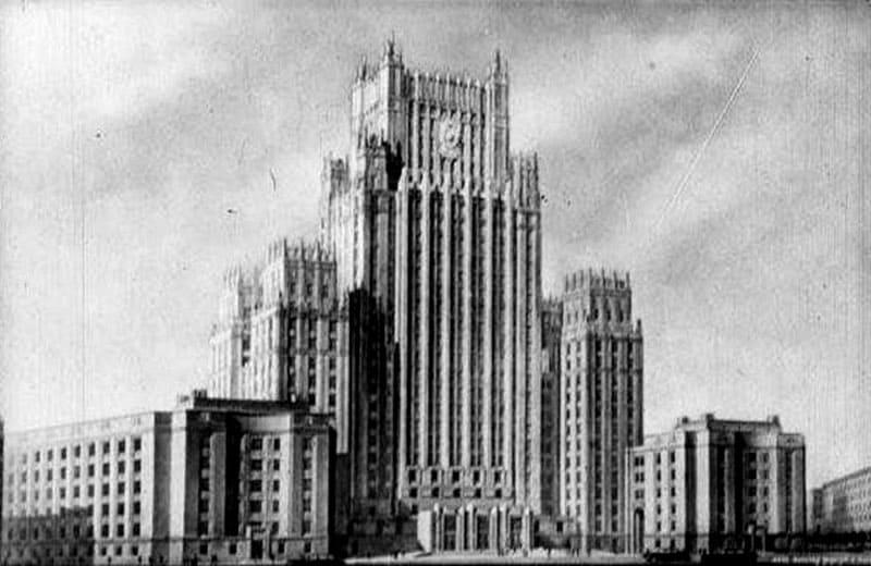Изначально на здании МИД не было шпиля. Он появился позже