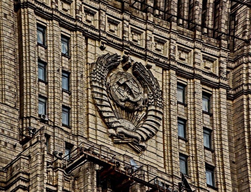 Здание МИД – единственная сталинская высотка, на которой до сих пор красуется герб СССР, и никогда не было пятиконечной звезды