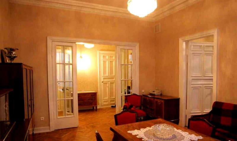 Интерьер квартиры в сталинке с сохранившимися оригинальными паркетными полами и дверьми