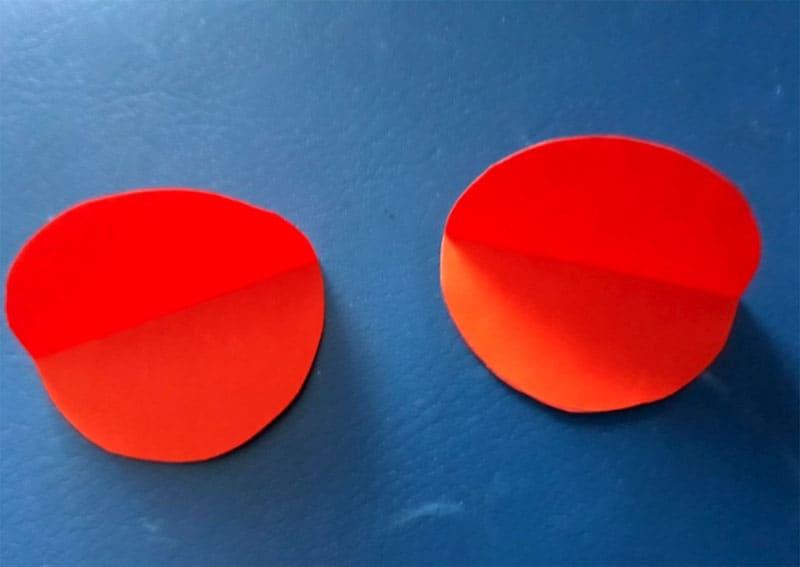 Сложить красные круги пополам – у нас получатся крылья