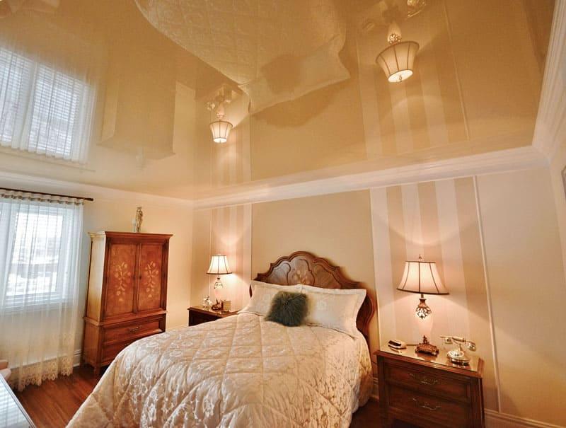 Светлый потолок для спальни