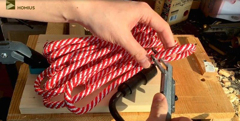 Теперь измеряем диаметр каната. Я выбрал достаточно толстую и прочную верёвку, которая будет держать доску за счёт узлов
