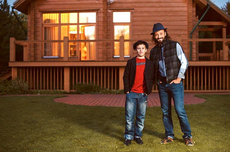 Илья с сыном на площадке перед домом