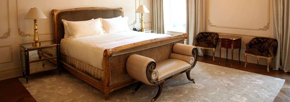 Центральное место спальни занимает роскошная кровать, каркас которой украшен резной инкрустацией