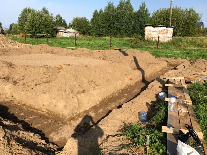 Как и любой ленточный фундамент возведениеначинается с рытья траншеи и засыпания подушки из гравия, щебенки и песка высотой примерно 50 см