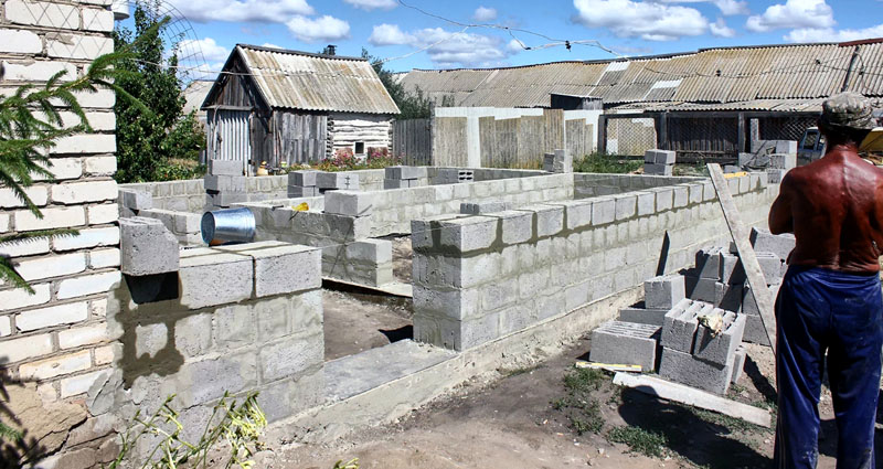 Сам процесс кладки легче, чем из кирпича. Возможно варьирование толщины стен, используя кладку в один блок, полблока, в полтора или два камня