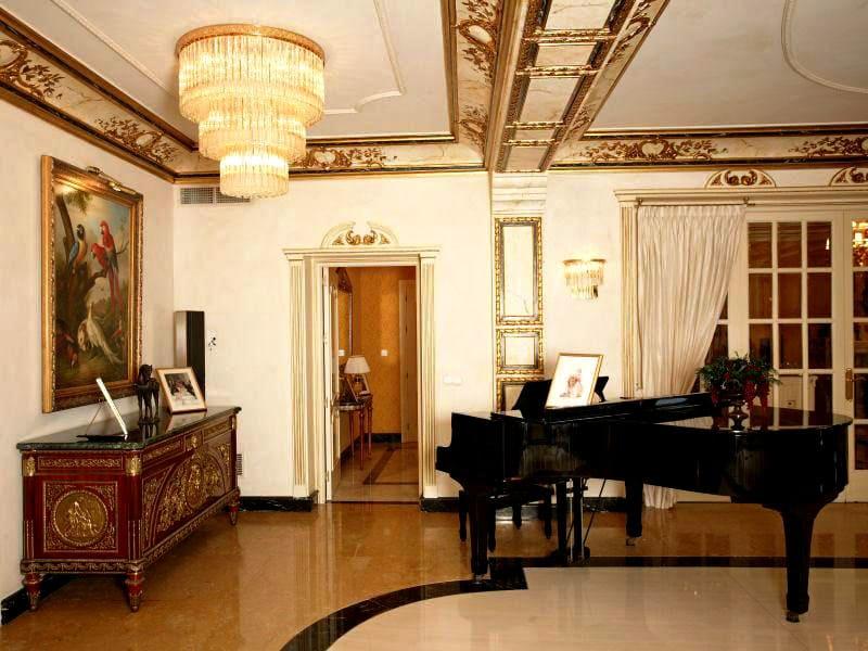 Золотые хоромы: роскошная квартира и дом Николая Баскова