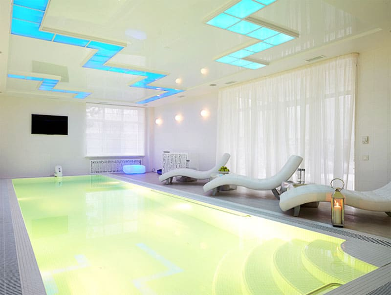 В бассейне разместили комфортные лежаки для отдыха